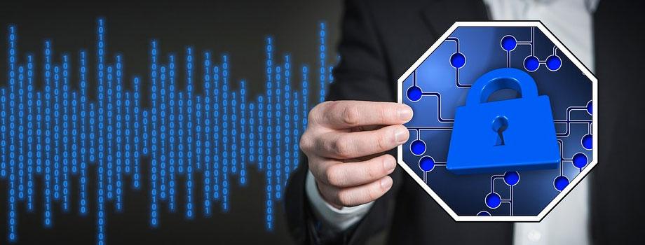 holding sign 1 - Asesoramiento Profesional - 3 Formas De Estar Seguro En Internet